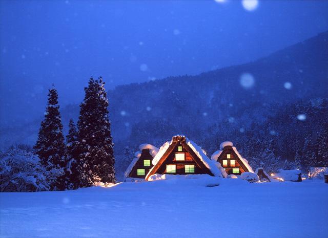 雪の白川郷ライトアップ